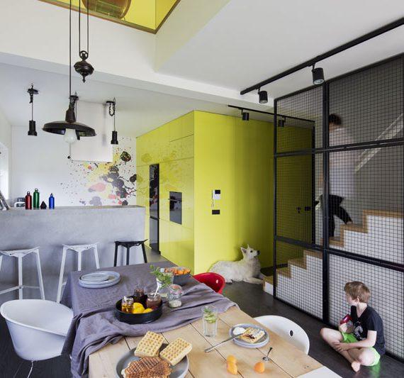 widok na kolorwą jadalnię i kuchnię we wnętrzu domu