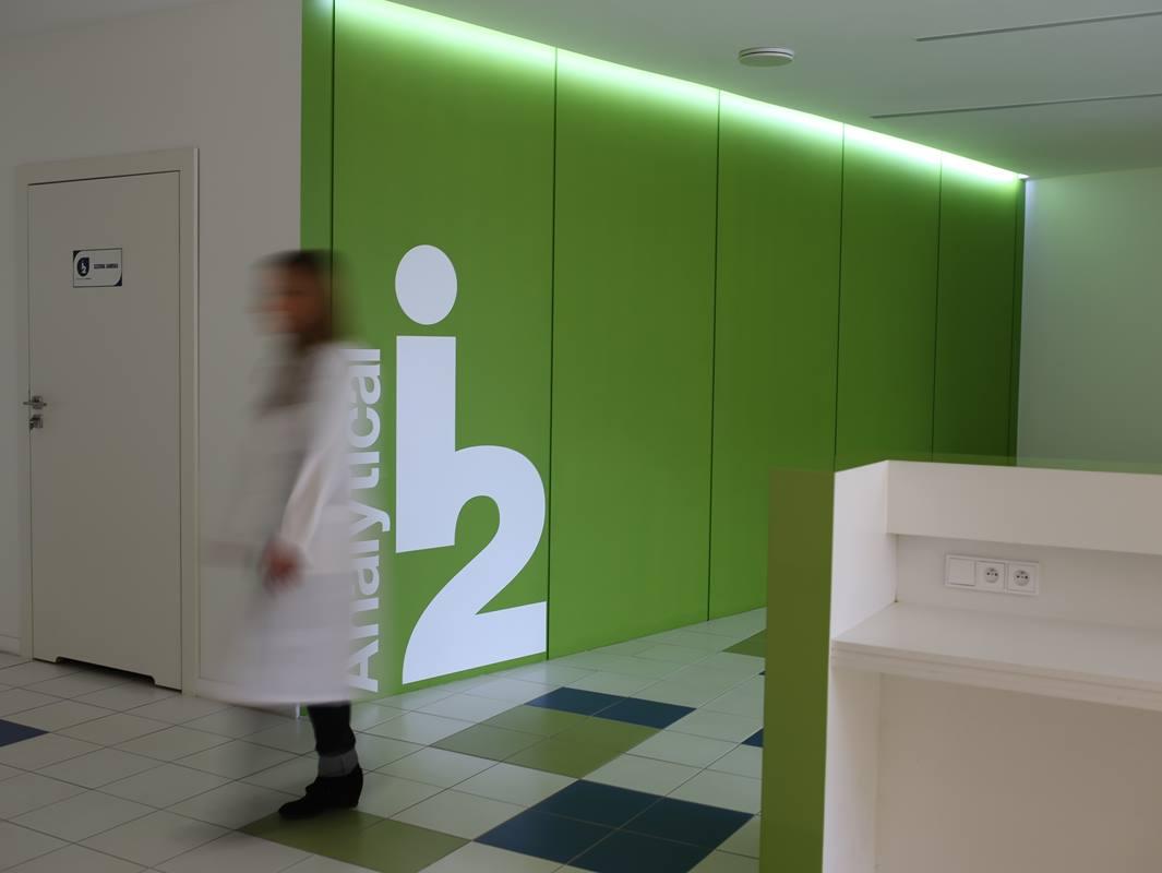 widok na zieloną ścianę w recepcji