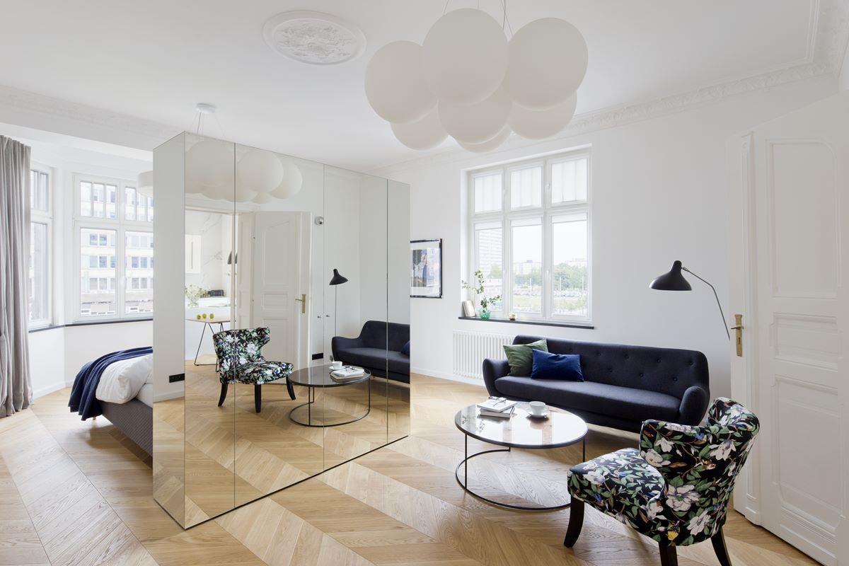 salon-w-zabytkowej-kamienicy-lustrzana-szafa