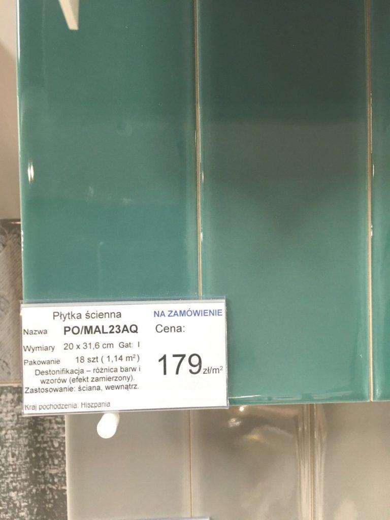 ekspozytor-z-kafelkami-w-kolorze-zielonkawym